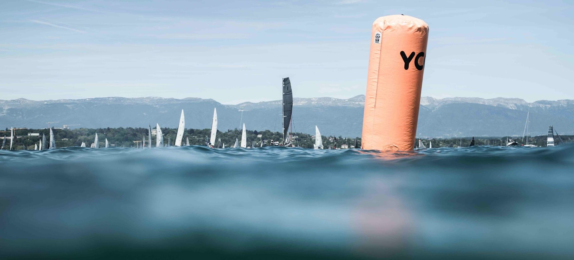 Bouée orange du YCG lors du départ de la Genève-Rolle-Genève 2019